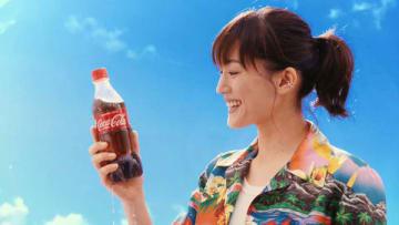 綾瀬はるかさんが出演するテレビCM「コカ・コーラ サマー カラーボトル登場」編の一場面