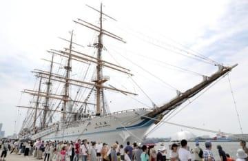 「海フェスタにいがた」に合わせて寄港した練習帆船「海王丸」=21日、新潟市東区の新潟西港山の下埠頭