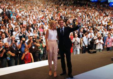 臨時党大会で新党首に選出され手を振るパブロ・カサド氏と、同氏の妻=21日、マドリード(ロイター=共同)