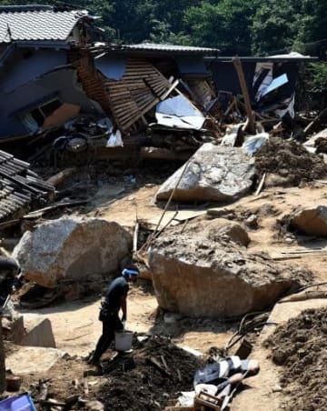 倒壊した民家の近くに転がるコアストーン(19日、広島市安芸区矢野東)