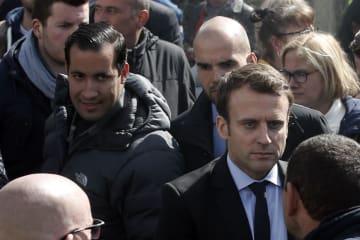 大統領就任前のマクロン氏(右)を警護するアレクサンドル・ベナラ容疑者(左)=2017年4月、フランス北部アミアン(AP=共同)