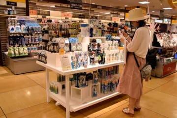 冷感グッズを手に取る女性=千葉市中央区の千葉ロフト