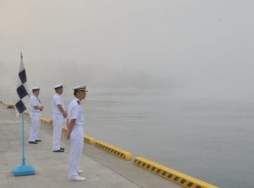 濃霧に覆われた出崎埠頭で、護衛艦を待つ自衛隊員ら=20日、宮古市臨港通