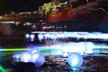 湯西川の川面を幻想的に彩る「やまほたる」=21日午後8時55分、日光市湯西川