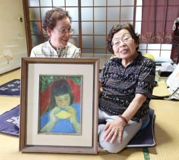 美術教諭だった山口さんが描いた油絵を前に思い出を語る友人の菅さん(右)と山下さん=長崎市内の菅さんの自宅
