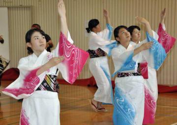 町民らの前で、ナニャドヤラを披露する田子高校郷土芸能部