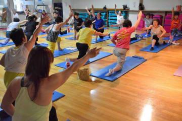 ウイング青森の体操プログラム。多くの中高年世代が、生き生きとした表情を見せていた