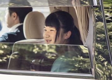 赤坂御用地を出られる愛子さま=22日午前、東京・元赤坂(代表撮影)