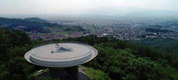 大規模改修工事を終え、一般公開された岩山展望台(本社小型無人機で撮影)