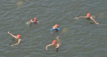 那珂川遠泳大会で声援に応える参加者=水戸市青柳町の万代橋