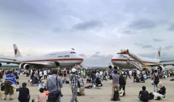 航空自衛隊千歳基地で開かれた航空祭で2機そろって展示された政府専用機=22日