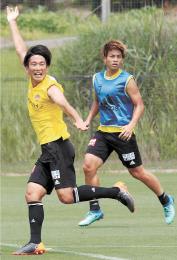 紅白戦でゴール前に進入し、右手を挙げて仲間にパスを要求する矢島(左)。右は永戸