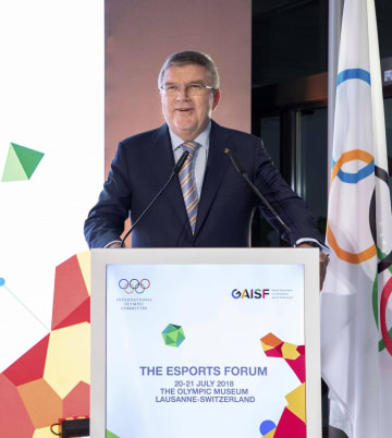 「eスポーツ」と五輪をテーマにした公開討論会に臨むIOCのバッハ会長=21日、スイス・ローザンヌ(IOC提供・共同)