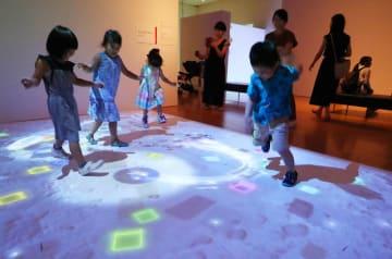 デジタル技術を使った芸術作品を楽しむ子どもたち=県美術館