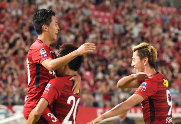 鹿島-柏 後半17分、5点目のゴールを決め喜ぶ安部(左)=カシマスタジアム、根本樹郎撮影