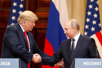 米ロ会談後の共同記者会見で握手を交わすトランプ、プーチン両大統領=16日、ヘルシンキ(ロイター=共同)
