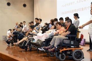 相模原殺傷事件の追悼集会で、アピール文を採択する参加者たち=22日、熊本市中央区