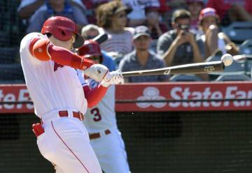 アストロズ戦の7回、三塁内野安打を放つエンゼルス・大谷=アナハイム(共同)