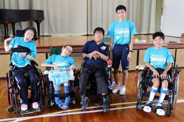 木谷さん(中央)と長崎Champon'sのメンバー=諫早特別支援学校