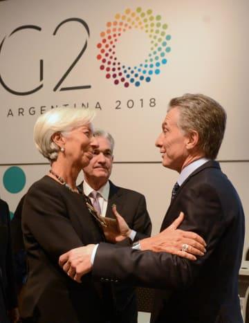 G20財務相・中央銀行総裁会議の席で言葉を交わすIMFのラガルド専務理事(左)とアルゼンチンのマクリ大統領=22日、ブエノスアイレス(ロイター=共同)