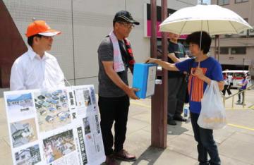 買い物客らに呼び掛けた募金活動=長崎市、チトセピア前