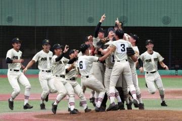 8連覇を達成し、マウンドで喜びを爆発させる作新の選手たち=22日午後、清原球場