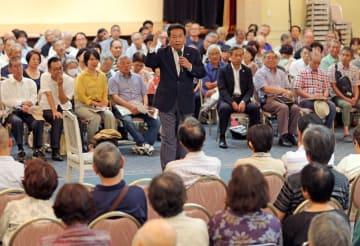 枝野代表(中央)と有権者らが意見を交わしたタウンミーティング=長崎市、長崎新聞文化ホール・アストピア