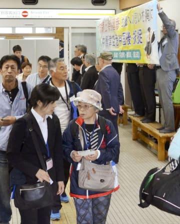 北海道・中標津空港に到着した、北方領土の空路墓参の参加者たち=23日午後