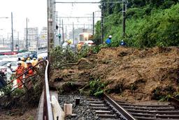 土砂で埋まった山陽塩屋-須磨浦公園間の線路。奥は立ち往生した山陽電鉄の特急電車=6日午後、神戸市垂水区塩屋町1