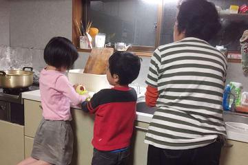 「NPO法人だいじょうぶ」が運営する放課後支援の居場所「Your Placeひだまり」にて、夕食づくりを手伝う子ども達。家庭では当たり前のこんな光景や環境が、自分の家に帰ると全くないという子どもたちがたくさんいる
