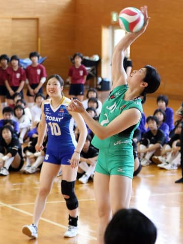 ミニゲームでお手本を見せる田中(右)、伊藤選手=九州文化学園高体育館