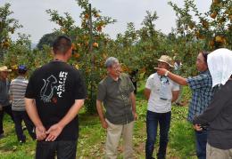 蔵王はるか会の生産者の農園を見学しながら、意見を交わす参加者