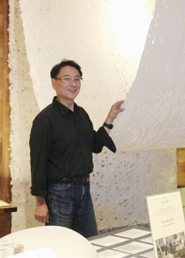 "FEATURE: Japanese paper ""sommelier"" elicits charm of traditional craft"