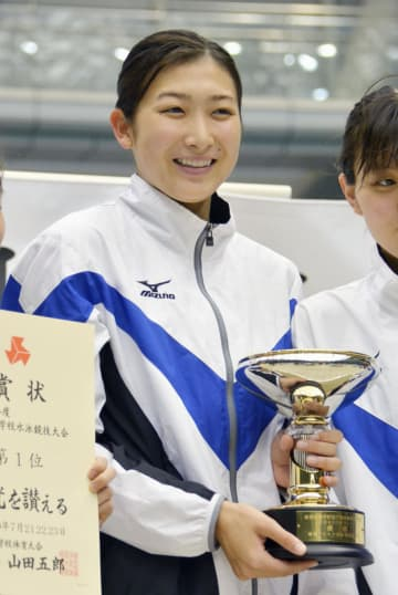 競泳の関東高校大会女子800メートルリレーで優勝し、トロフィーを手に笑顔を見せる池江璃花子=横浜国際プール