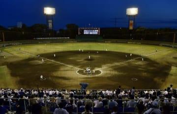 猛暑のためナイター開催となった、全国高校野球選手権京都大会準々決勝第4試合の鳥羽―立命館宇治戦=23日午後、京都市のわかさスタジアム京都