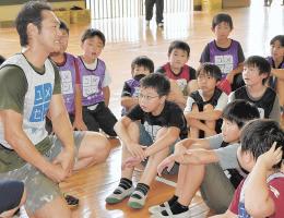 運動後、児童に語り掛ける古木さん(左)