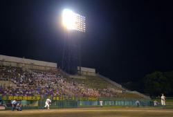 暑さ対策のため、ナイターで行われた全国高校野球選手権京都大会の第4試合(23日午後7時53分、京都市右京区・わかさスタジアム京都)