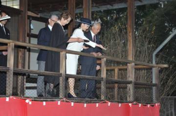 日本館で鯉にえさをやる眞子さま(望月二郎撮影)