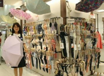 トキハ本店1階売り場にずらりと並んだ日傘。猛暑で売れ行き好調という
