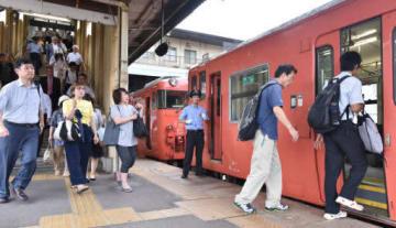 一部区間で運転を再開したJR芸備線の広島行き列車に乗り込む通勤通学客(23日午前7時18分、広島市安佐北区の下深川駅)