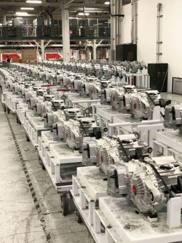 米テスラのカリフォルニア州フリーモントの工場内で並べられた部品(UPI=共同)