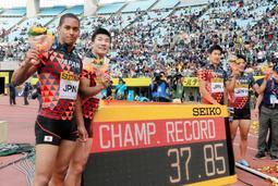 陸上のセイコー・ゴールデンGP大阪大会男子400メートルリレーで優勝した日本Aチーム。ジャマイカ生まれのケンブリッジ飛鳥選手(左端)は日本短距離界の中心となっている=5月20日、ヤンマースタジアム長居