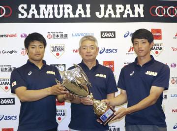 野球のハーレム国際大会で優勝した、大学日本代表の(左から)松本航投手、生田勉監督、辰己涼介選手=24日午前、成田空港