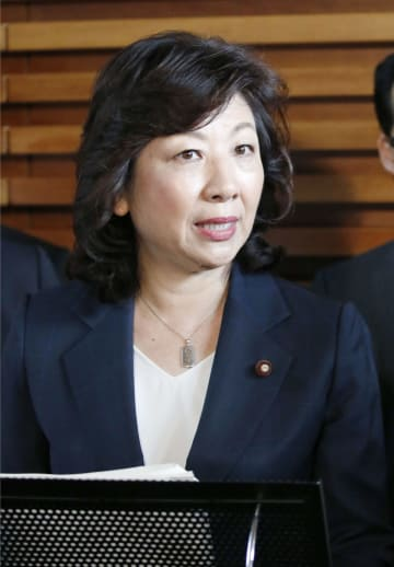 閣議後、記者の質問に答える野田総務相=24日午前、首相官邸