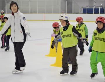 盛岡市スケート協会員らの指導の下、氷の上を慎重に進む子どもたち