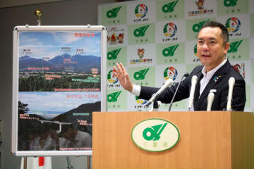 【記者会見で湯の山かもしか大橋の供用開始を発表する鈴木知事=三重県庁で】