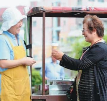 昔ながらの屋台販売で人気のチリンチリンアイス=長崎市魚の町