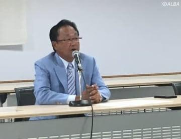 定例理事会後に会見を行う倉本昌弘会長(撮影:ALBA)