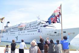 大型客船で今年初めて石巻港に寄港した「ぱしふぃっくびいなす」=5月21日