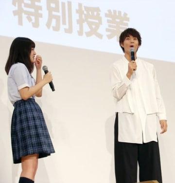 映画「青夏 きみに恋した30日」のイベントで女子高生からのお誘いに大はしゃぎする佐野勇斗さん(右)